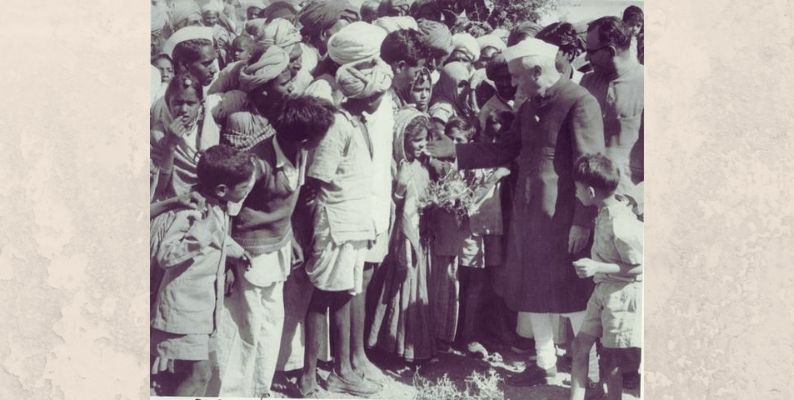 Jawaharlal Nehru with Villagers in Rajasthan_Wikimedia Commons